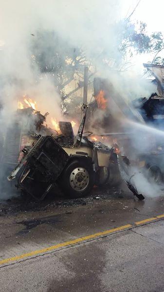 Se incendia furgón que transportaba cajas de cartón