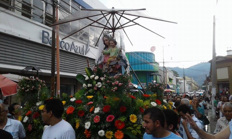 Devotos celebran el día de María Auxiliadora