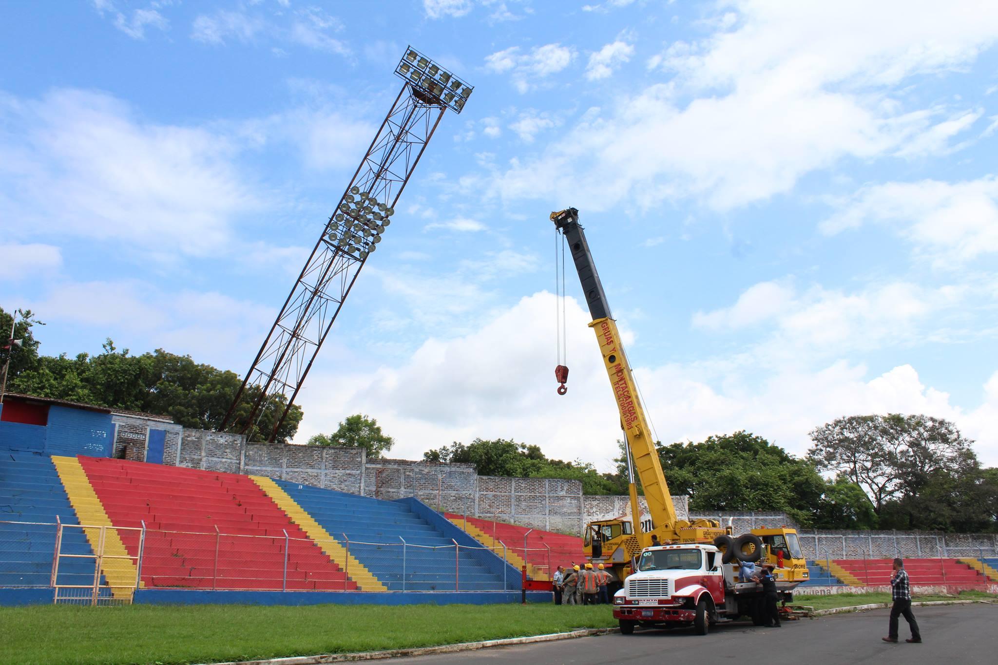 Remueven torre de iluminación dañada en estadio Quiteño
