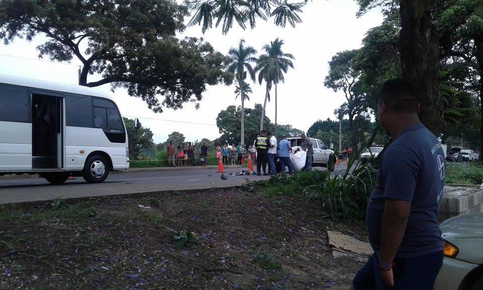 Mujer muere luego de ser arrollada por microbús