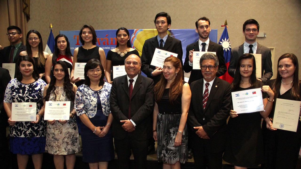 Taiwán entrega becas completas de estudio a 22 jóvenes salvadoreños