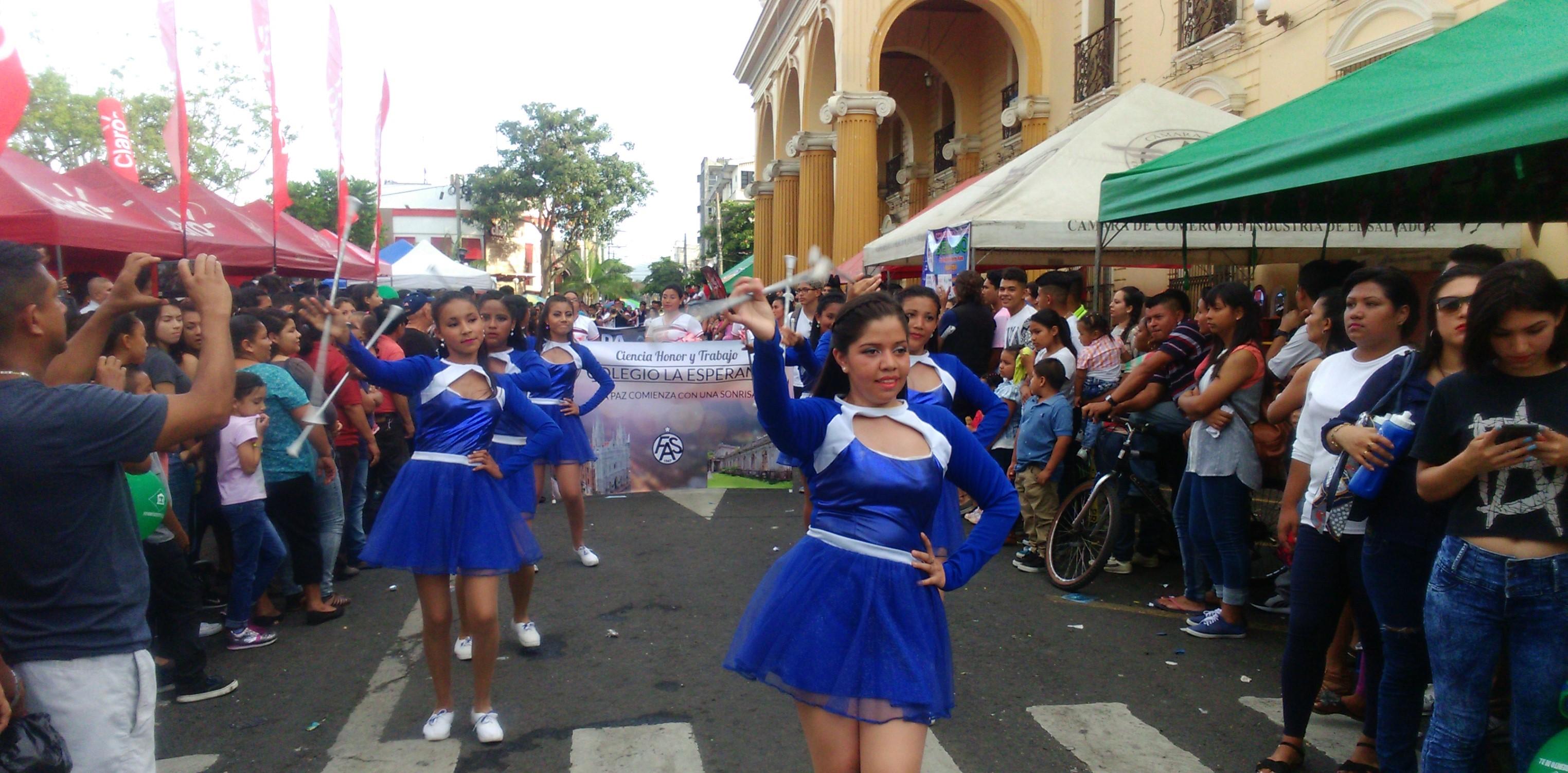 Santanecos disfrutaron del Desfile del Comercio
