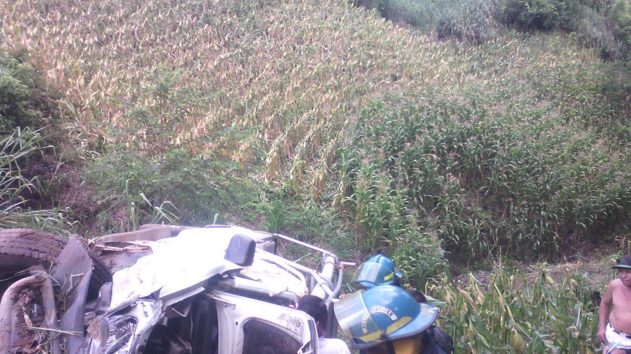 Vehículo cae a barranco