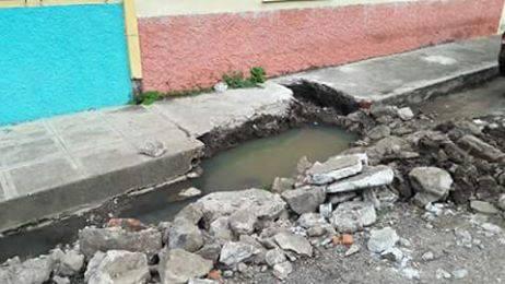 Tubería rota de aguas negras pone en peligro salud de ciudadanos
