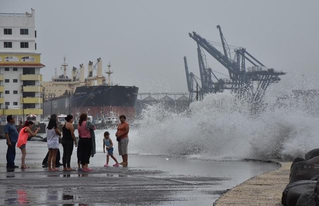 El huracán Kenneth avanza en el Pacífico sin afectar territorio mexicano