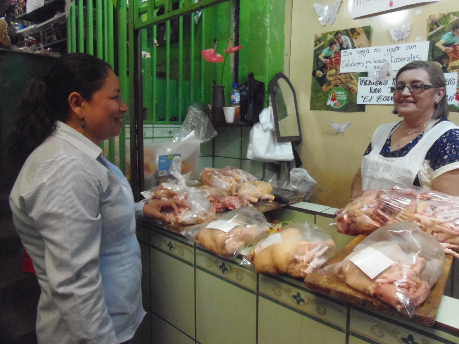 Trabajando de la mano con los arrendatarios del mercado N° 2 de Santa Ana