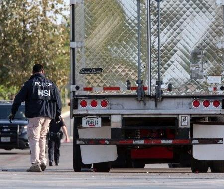 Policía de EEUU rescata a 17 indocumentados encerrados en un camión en Texas