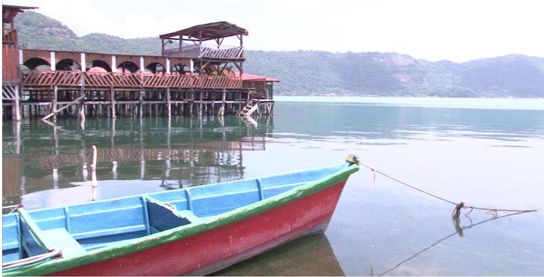Por tercer año consecutivo las aguas del lago de Coatepeque se pintan color turquesa