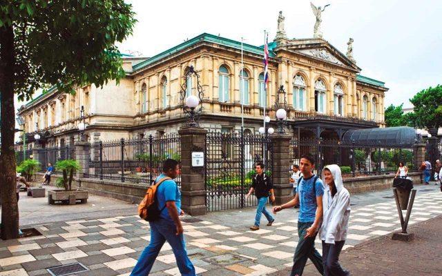 Costa Rica tiene falta de liquidez, acepta presidente