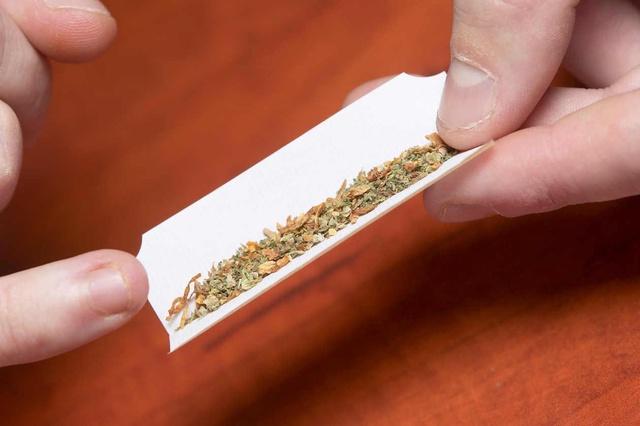 Fumar marihuana triplica el riesgo de hipertensión