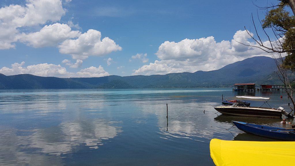 Cambio de color turquesa en lago de Coatepeque no es causado por cianobacterias.