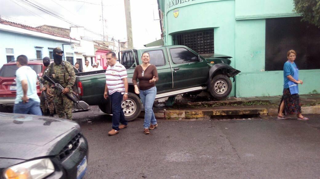 Motorista de pick up pierde el control e impacta contra una pared