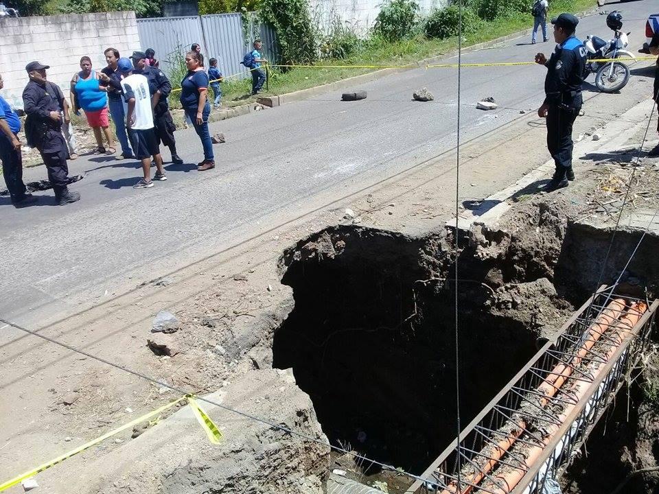Lugareños cierran calle que conecta a San Pablo Tacachico