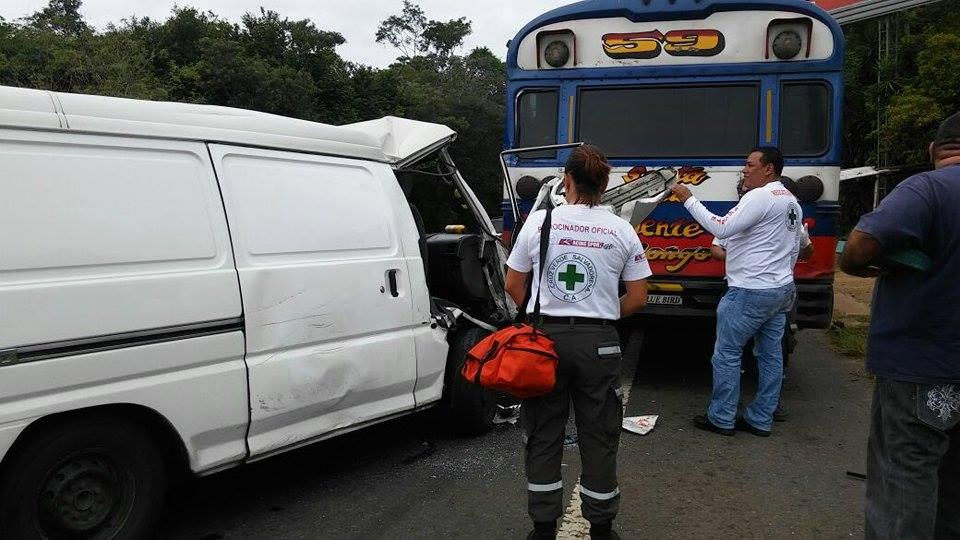 Microbús impacta con la parte trasera de una unidad de la ruta 59