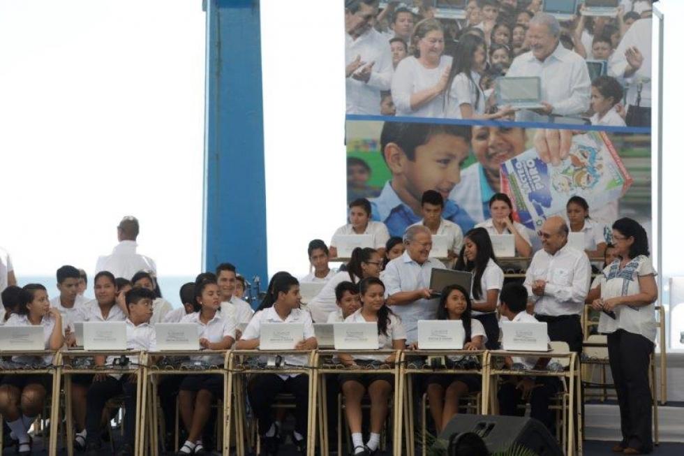 Estudiantes de Ahuachapán y Sonsonate son beneficiados con computadoras