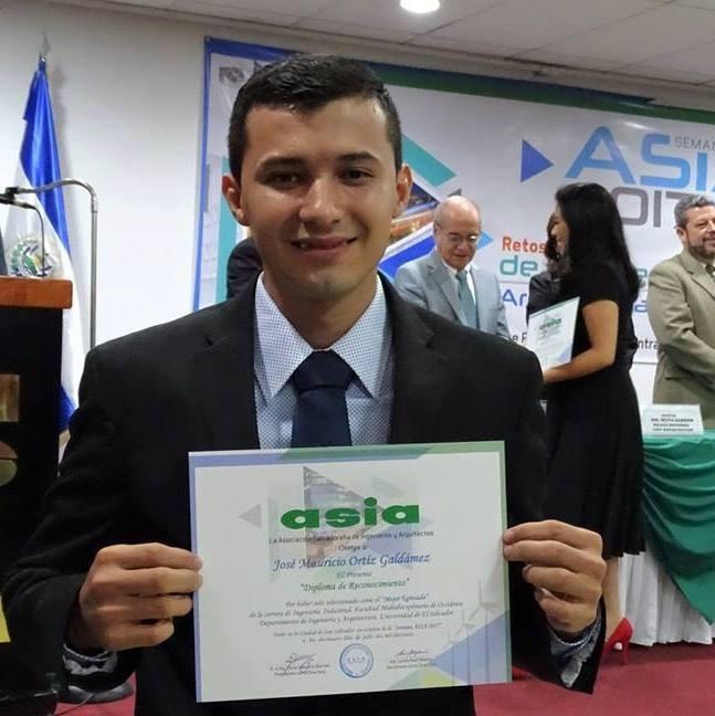 José Mauricio Ortiz fue condecorado como el mejor estudiante de la Facultad Multidisciplinaria de Occidente por la ASIA