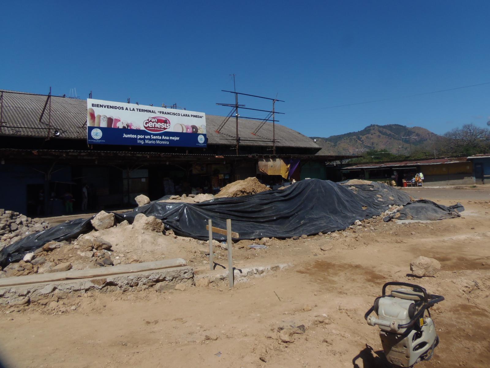 Vendedores exigen que trabajos de reparación en calles de la terminal Francisco Lara Pineda se agilicen