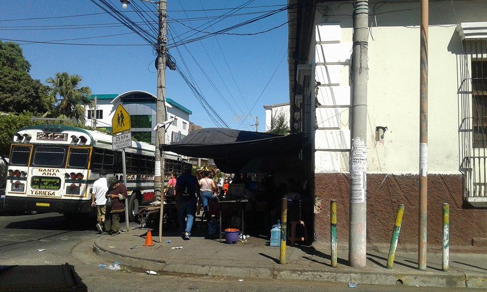 Infraestructura de la parroquia El Calvario afectada por comerciantes ubicados en la acera