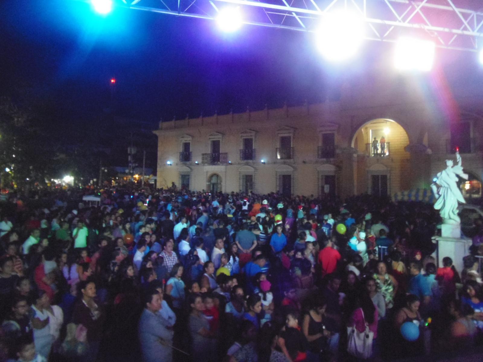 Desfile navideño recorre las calles santanecas