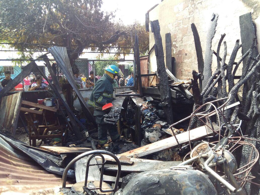 Bombero controla fuego en carpintería de Residencial Valladolid