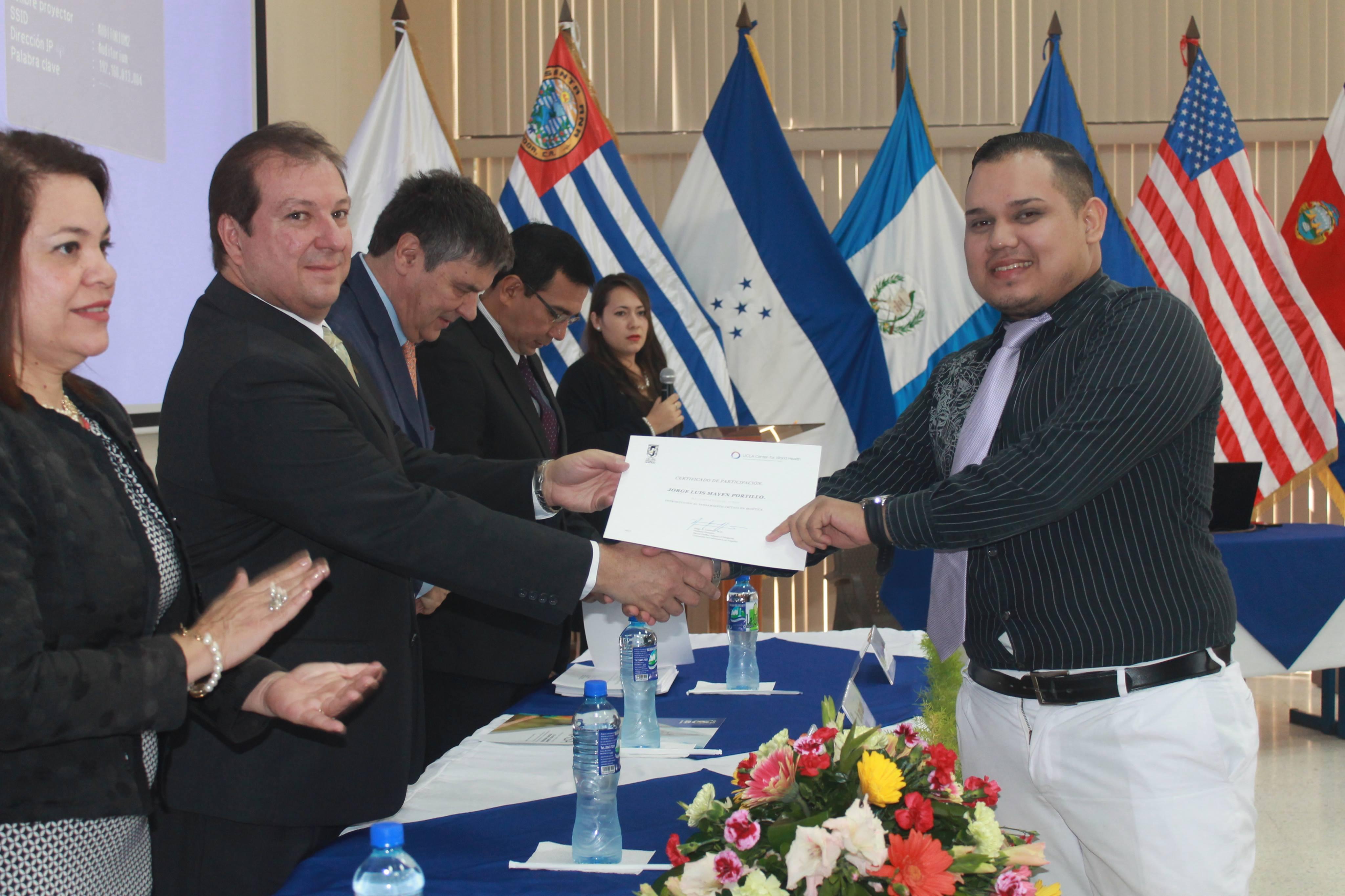 Médicos extranjeros capacitan a personal y estudiantes del área de salud de El Salvador