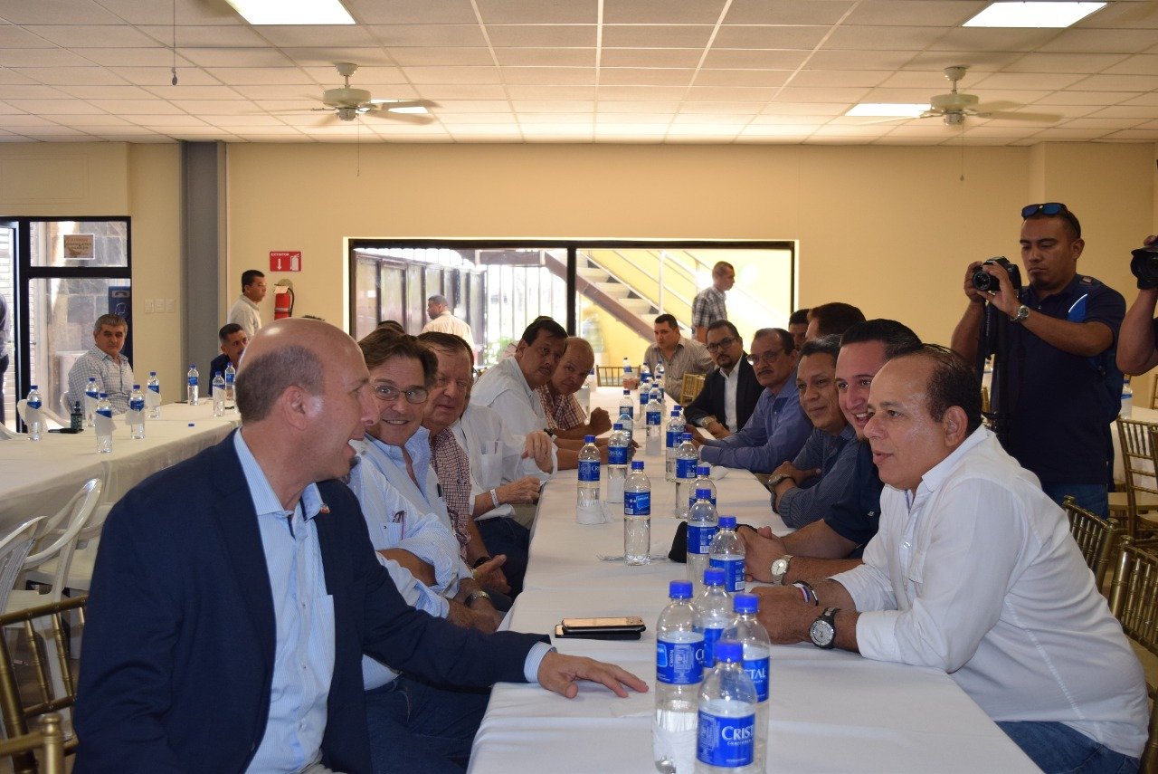 Empresarios y médicos santanecos se reúnen con Javier Siman
