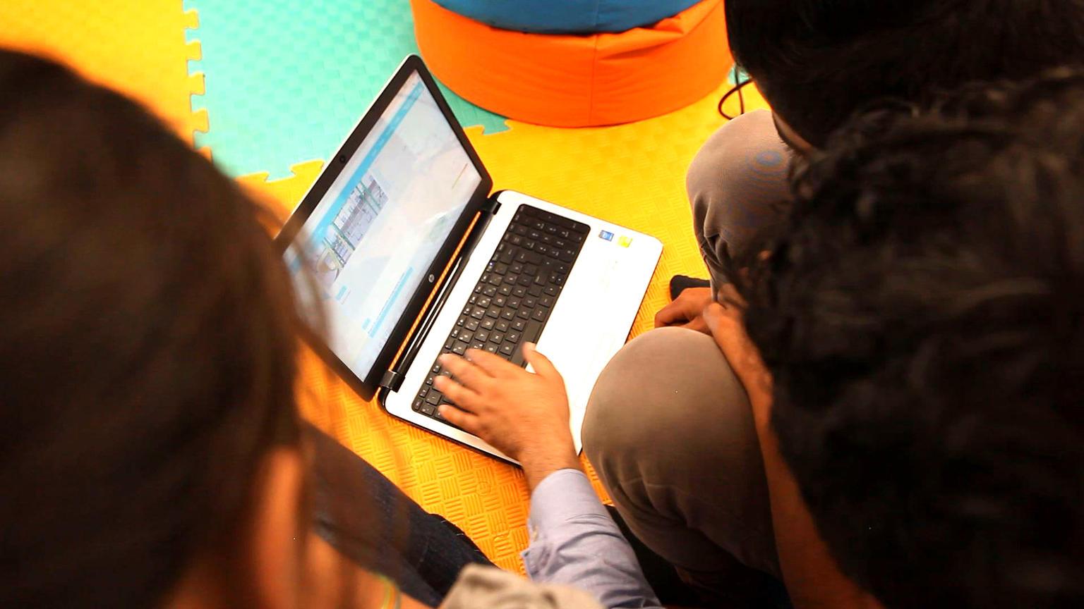 Los más de 175.000 niños que se conectan en línea por primera vez todos los días disfrutan de grandes oportunidades pero confrontan también graves riesgos