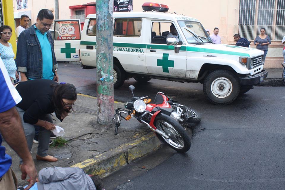 Motociclista accidentado sobre la 6ª Calle fue atendido por personal de Cruz Verde