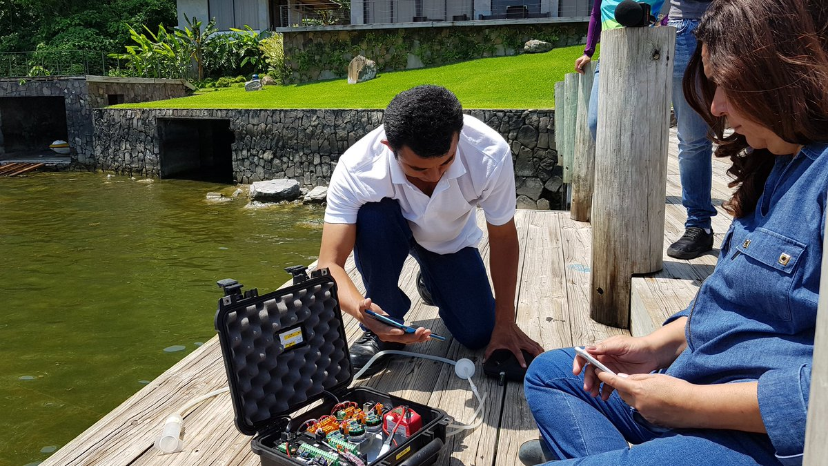 Vulcanólogos realizaron estudios en lago de Coatepeque ante presencia de algas en estado de descomposición