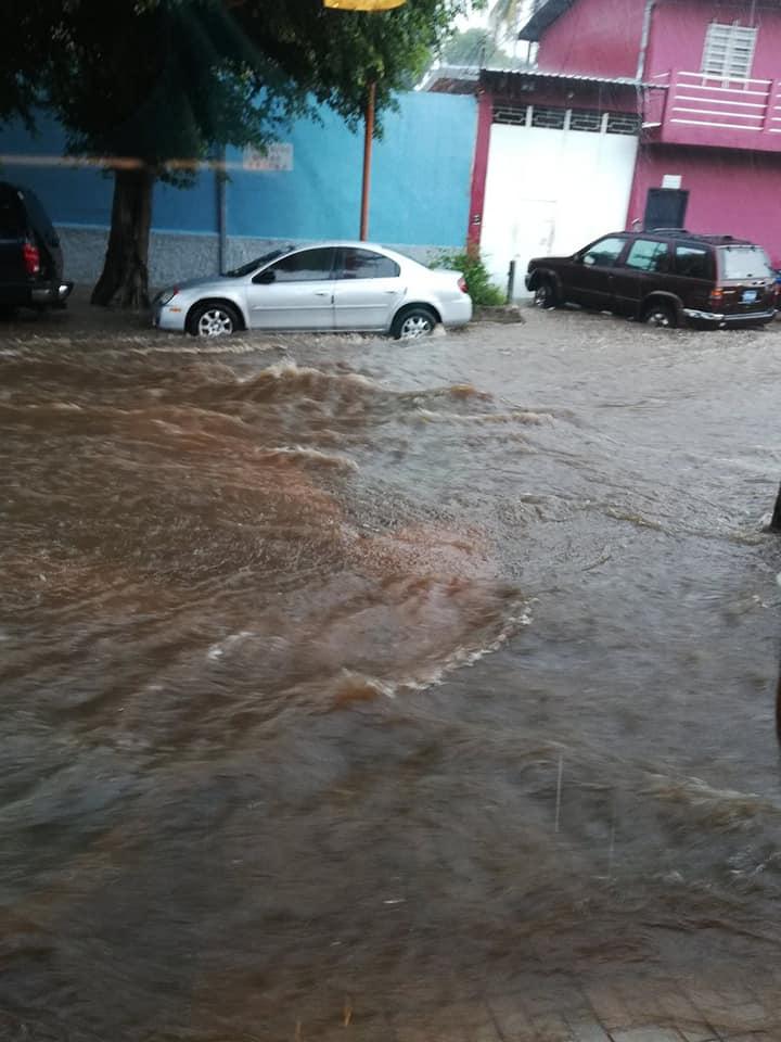 Una vez más las calles de Santa Ana terminan inundadas por lluvias