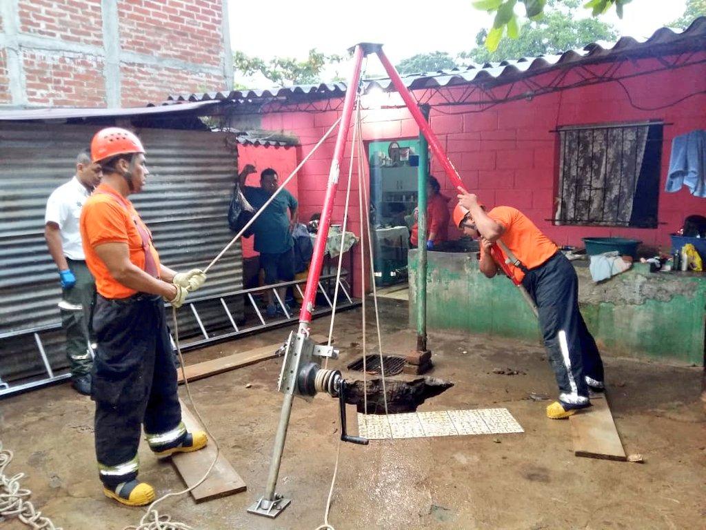 Rescatan hombre que cae en fosa de agua servida en colonia Cel
