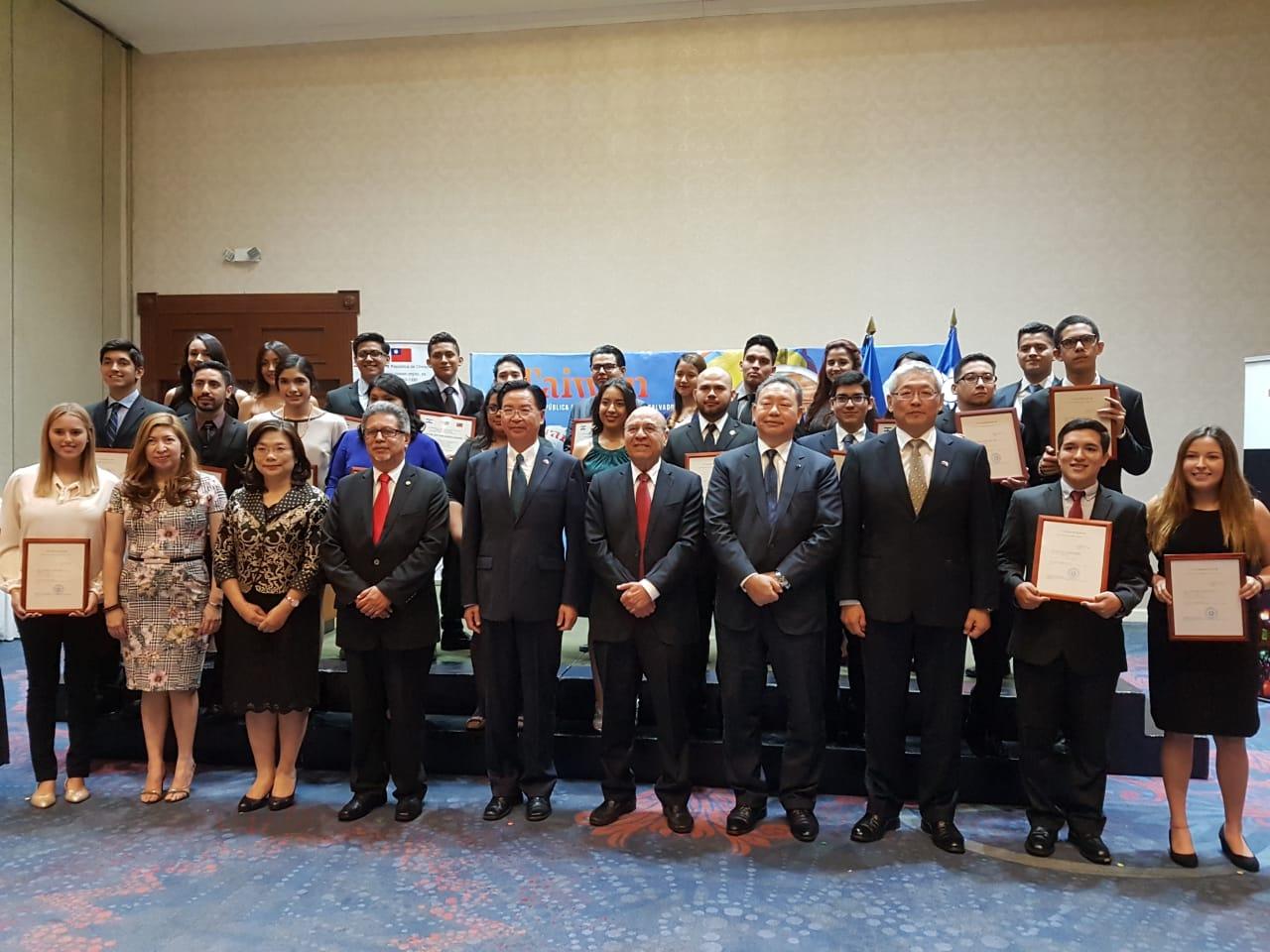 Taiwán recibirá 27 nuevos becarios salvadoreños este 2018