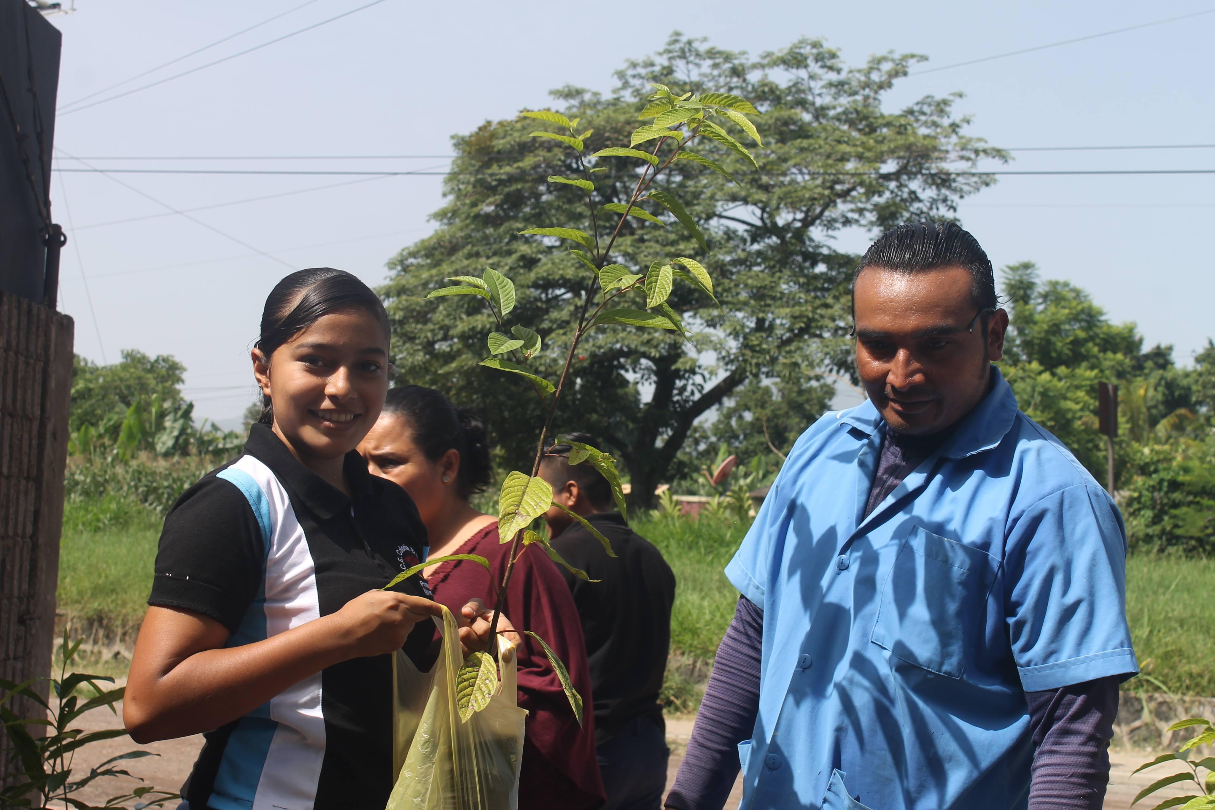 Ciudadanos adoptaron un árbol para contribuir al medio ambiente