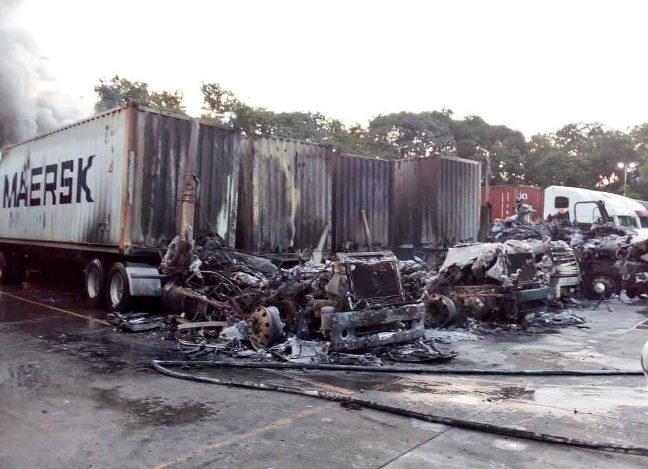 Cuatro cabezales y dos contenedores se incendian en Aduanas Santa Ana
