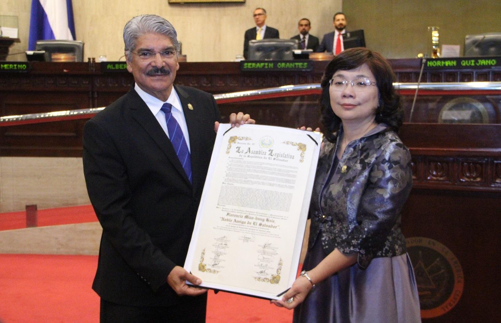 Declaran Noble Amiga de El Salvador a embajadora de China (Taiwán), Florencia Miao-hung Hsie
