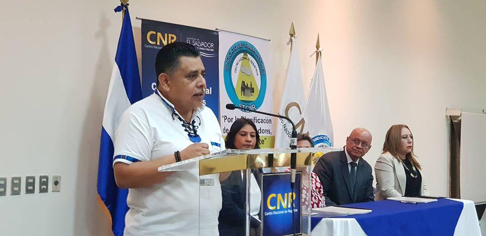 El Sindicato de Trabajadores del CNR y El Centro Nacional de Registros firmaron un contrato colectivo de trabajo