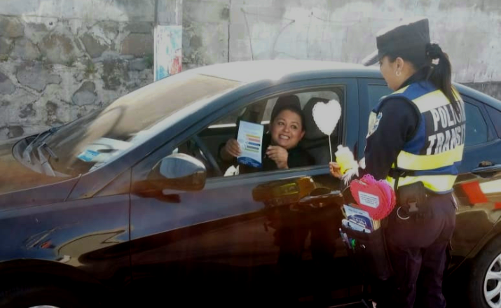 Agentes de tránsito en Santa Tecla imponen esquelas morales a infractores en el Día de la Amistad
