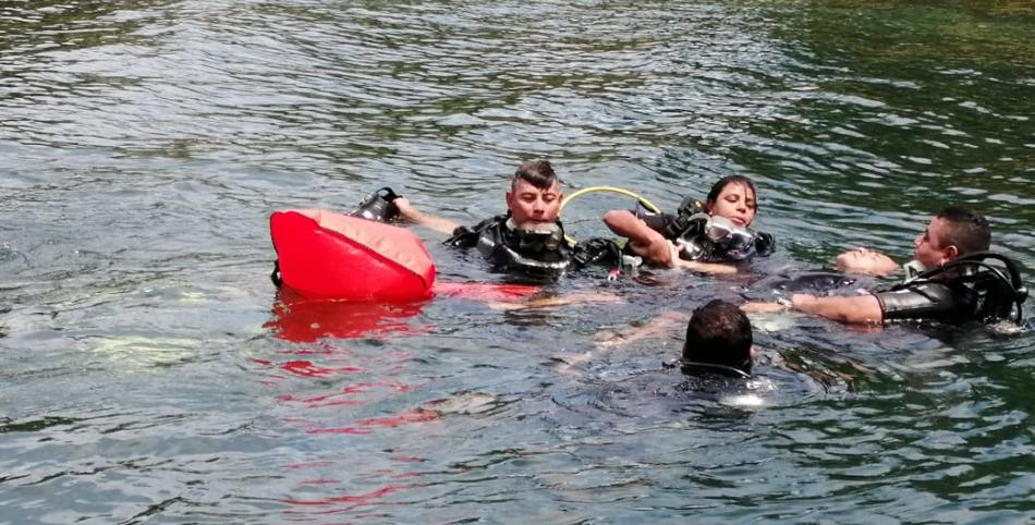 Una mujer y cuatros hombres, policías, se actualizan en rescate acuático
