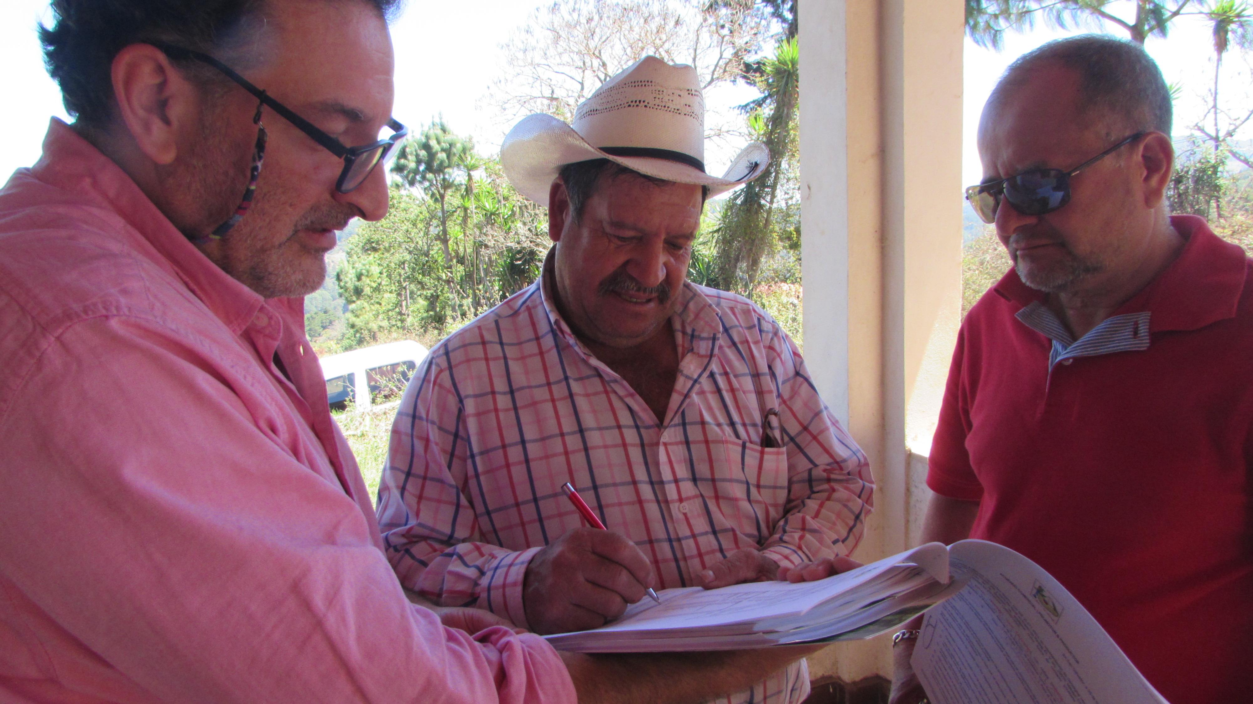Productores de Aguacate y representante comercial del Consorcio Español firman Acuerdo Comercial para exportar aguacate de la Zona Alta de la Región Trifinio.