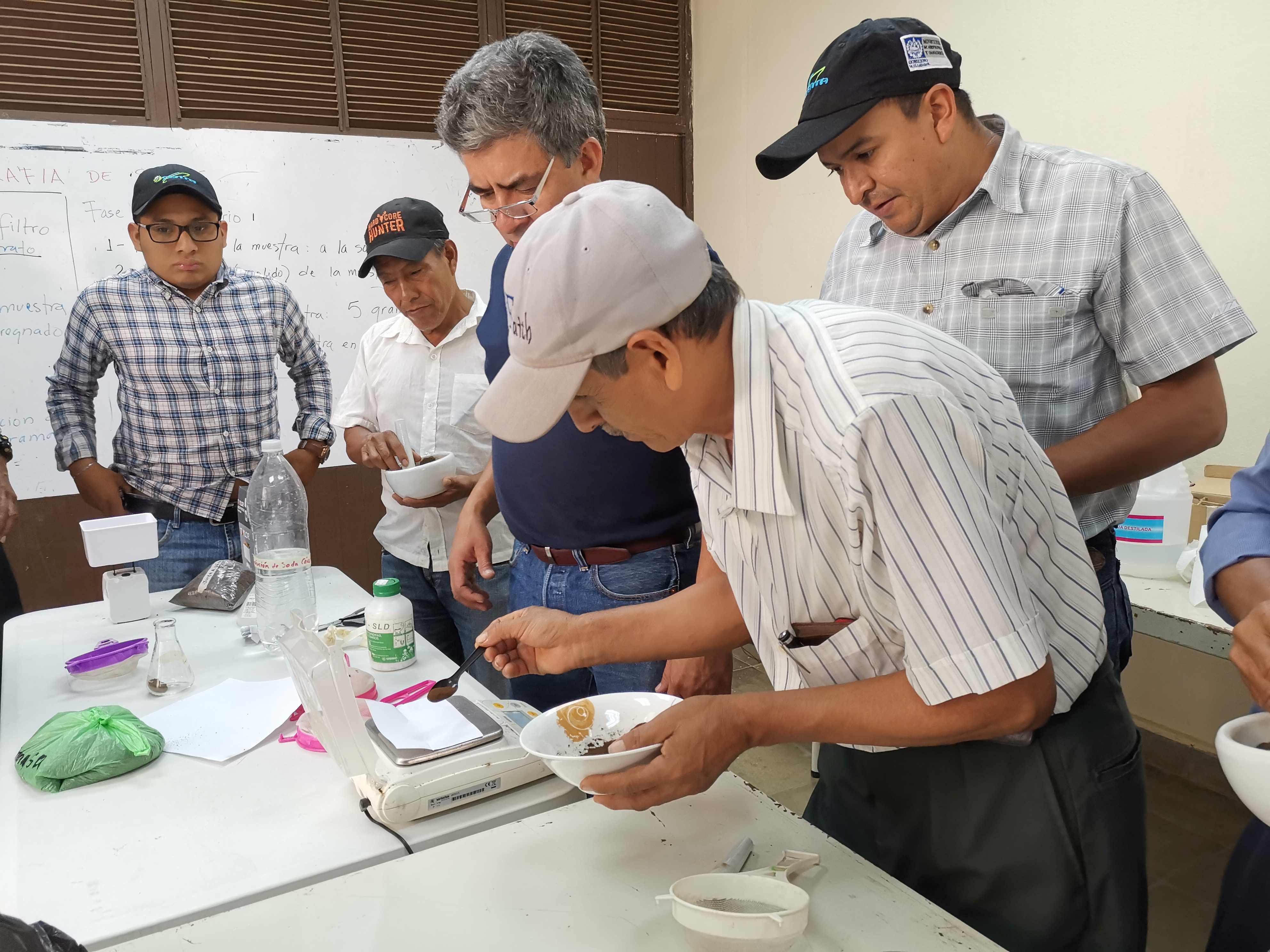FAMILIAS PRODUCTORAS Y TÉCNICOS EXTENSIONISTAS EN TACUBA CONOCIERON SOBRE CROMATOGRAFÍA DE LOS SUELOS.