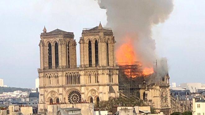 Incendio de gran  magnitud se desata en la famosa catedral de París