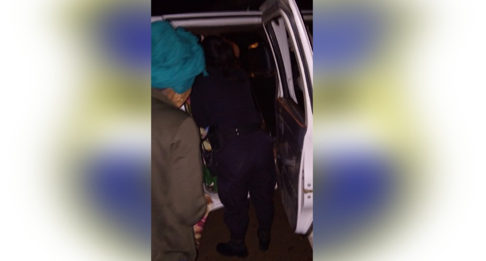 Policías atienden parto dentro de carro patrulla