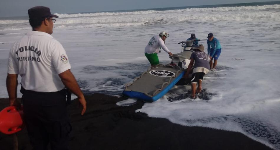 Policía participa de búsqueda de surfista estadounidense en playa Mizata, La Libertad
