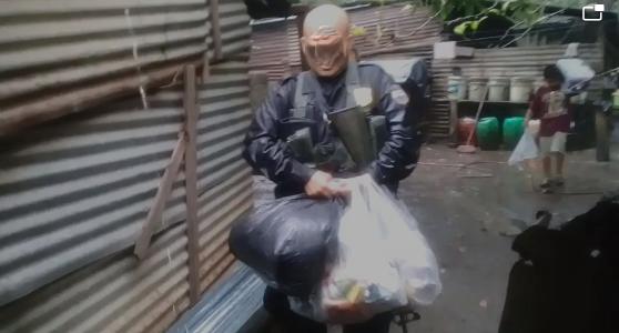 Auxilio de policías hacia 2 ancianos de Izalco suscita más ayuda de parte de samaritano anónimo