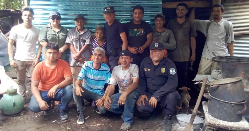Altruistas y policías mejoran vivienda de octogenarios en Sonsonate
