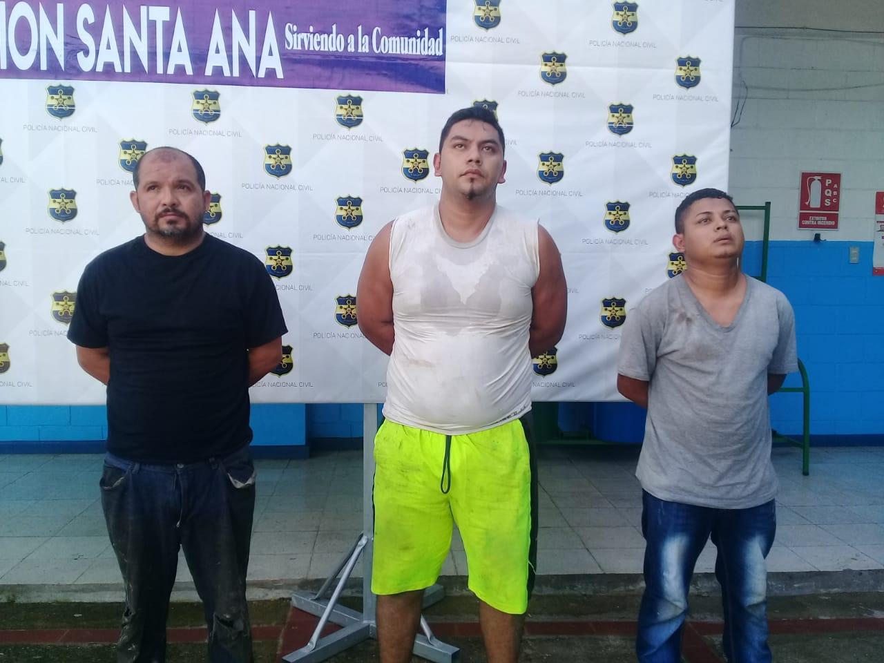 Capturan supuestos sujetos que habían asaltado a persona que recién salía de un banco en Santa Ana