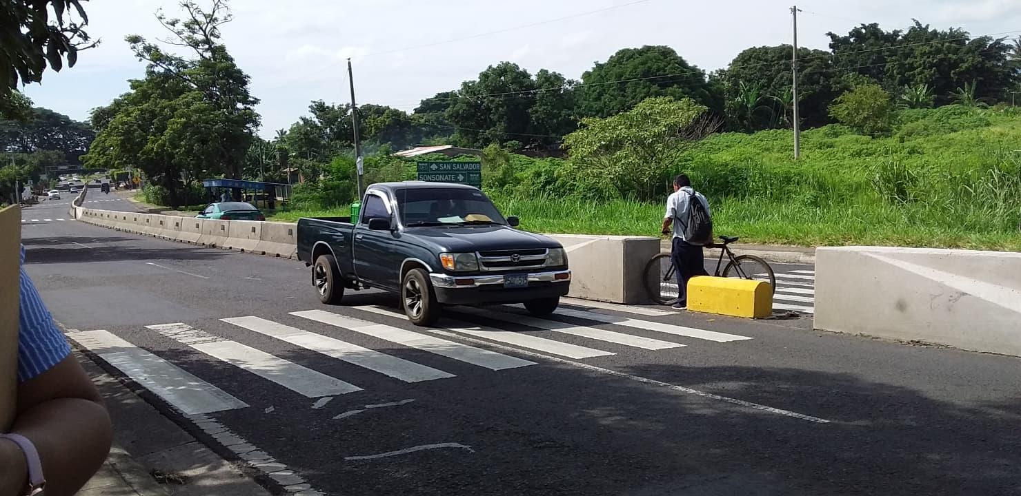 Colocan señales de tránsito verticales sobre la carretera Panamerica