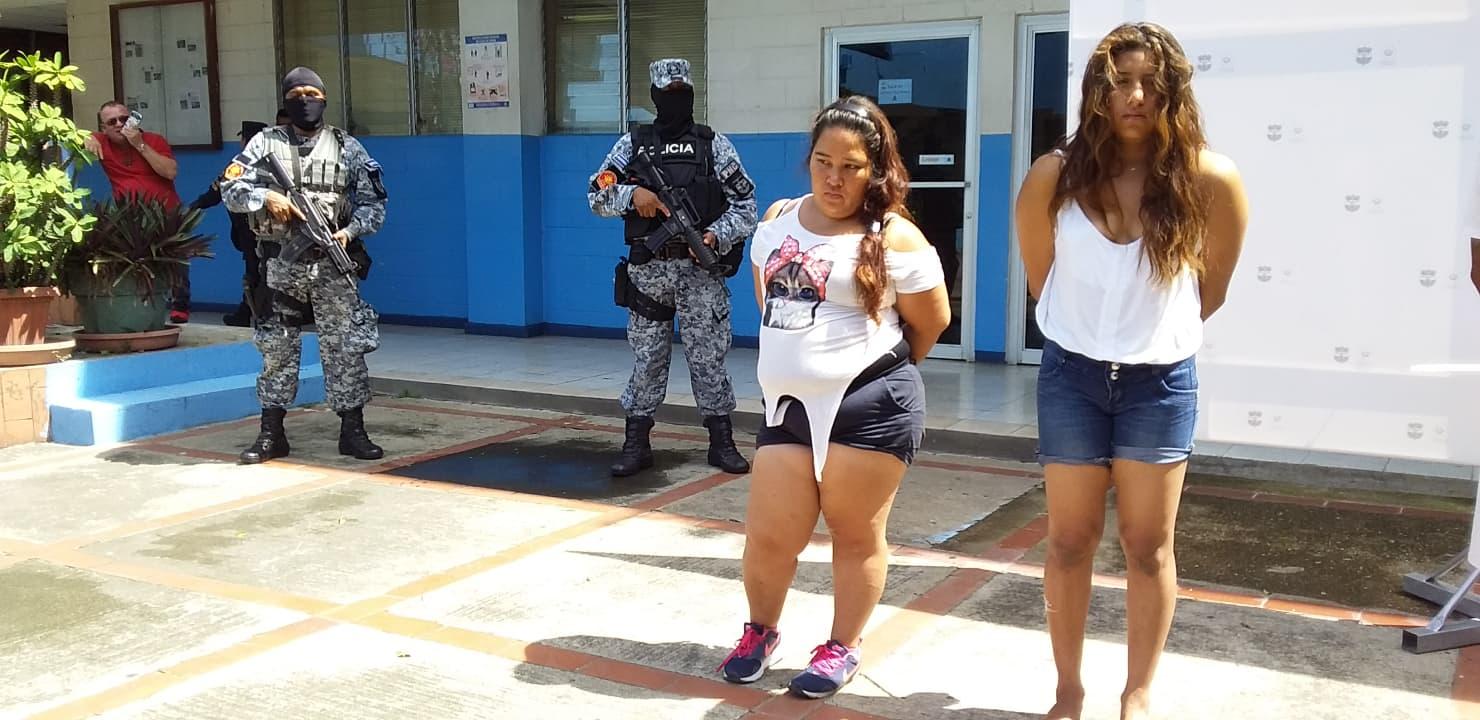 Arrestan a mujeres con porciones de droga y dinero en efectivo