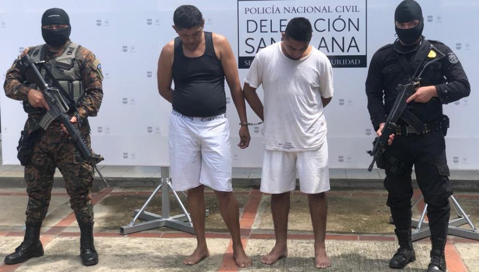 Sorprenden a 2 sujetos en S. Ana cuando forzaban la puerta de un auto para hurtarlo