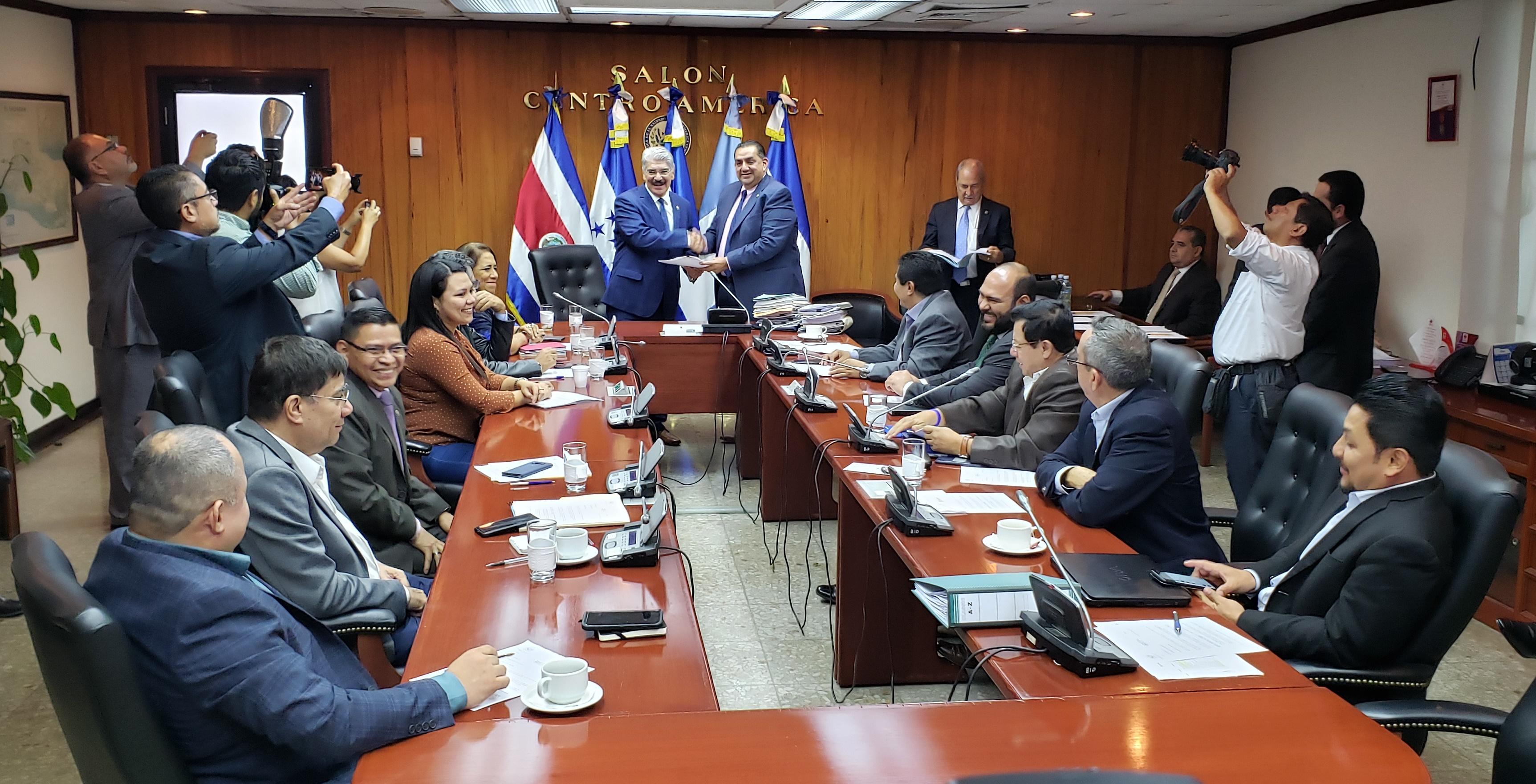 Grupos parlamentarios particularizarán en cinco nombres para la selección de procurador de derechos humanos